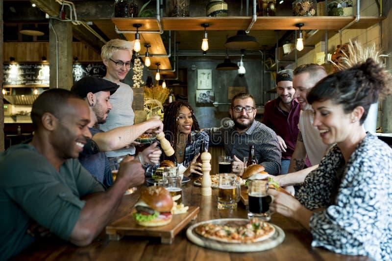 Povos diversos Hang Out Pub Friendship Concept imagem de stock