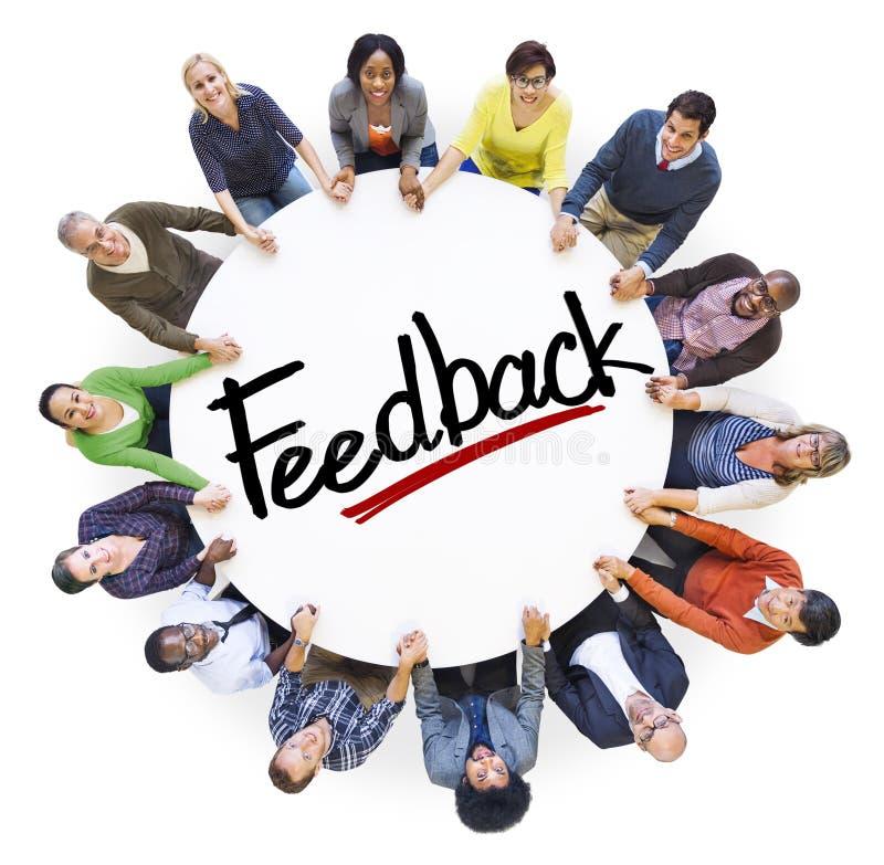 Povos diversos que guardam o conceito do feedback das mãos fotos de stock royalty free