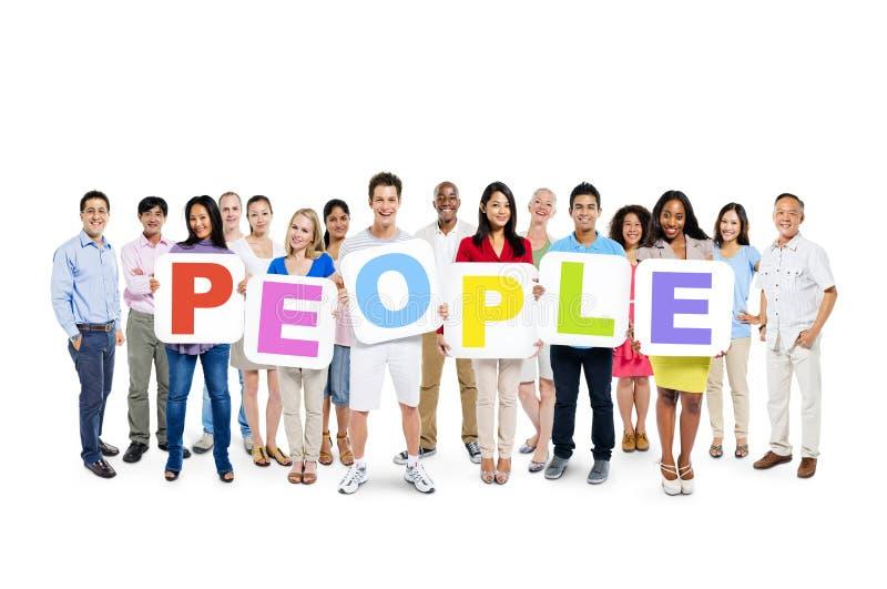Povos diversos que guardam povos coloridos da palavra fotos de stock