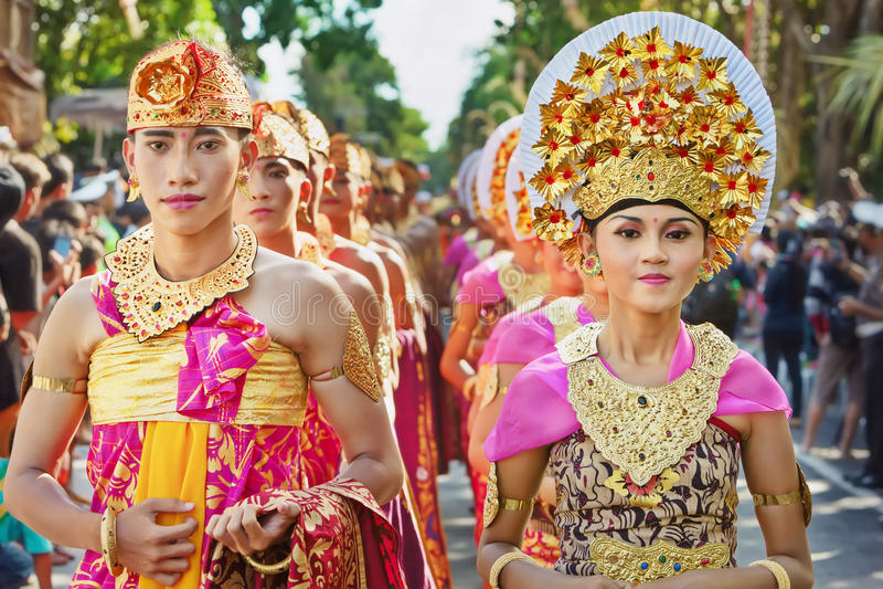 Povos do Balinese em trajes tradicionais foto de stock royalty free