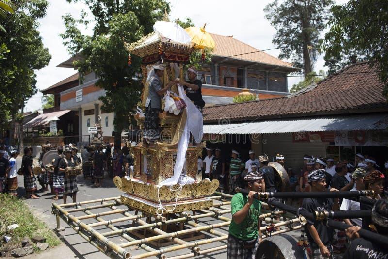 Povos do Balinese que preparam-se para a cerimônia da cremação, construindo a torre do trono fora na rua, ilha de Bali, Indonésia imagens de stock royalty free