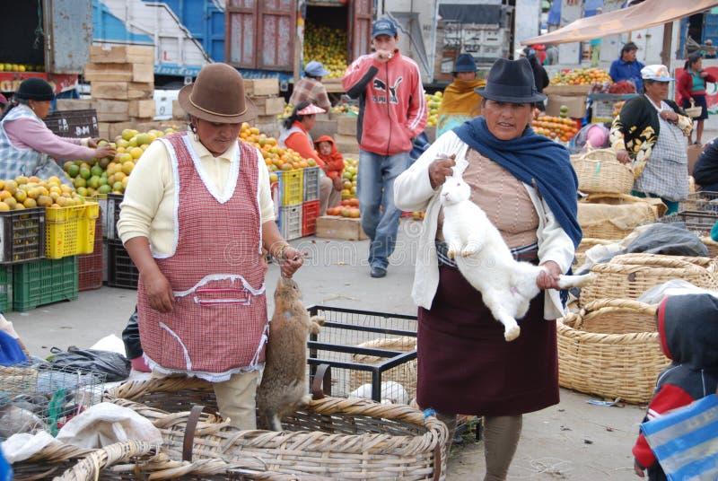 Povos do Ecuadorian em um mercado local fotos de stock royalty free