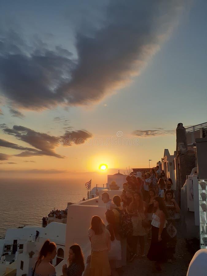 Povos do egeu do mar de Grécia do por do sol amarelos fotografia de stock
