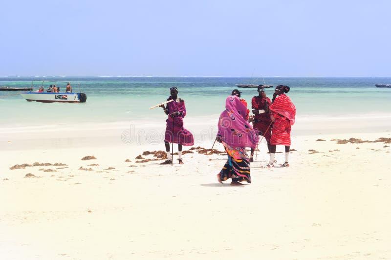 Povos do Masai na praia de Zanzibar fotografia de stock royalty free