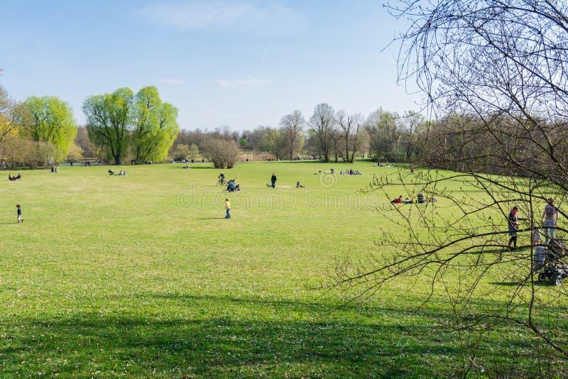 Povos do parque que andam junto Max Eyth See Fall Stuttgart Alemanha imagens de stock royalty free