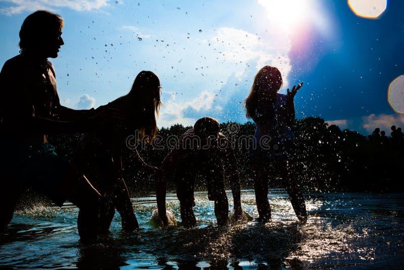 Povos do partido do verão na praia foto de stock