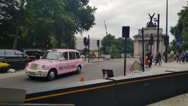 Povos do táxi que andam abaixo da rua imagem de stock royalty free