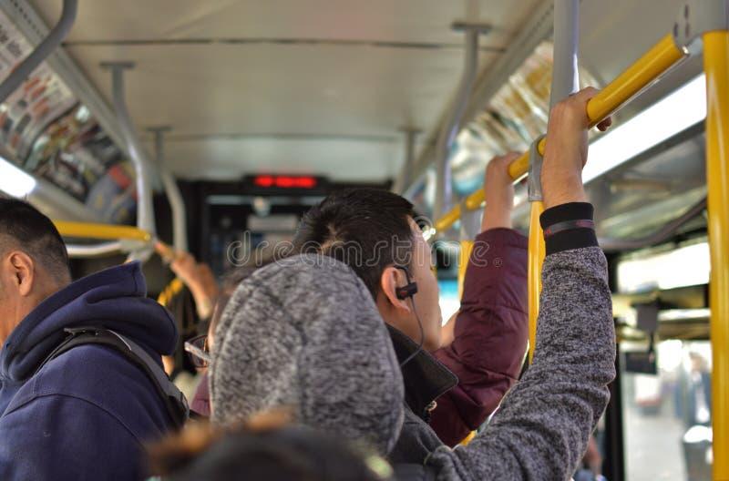 Povos do trabalhador no serviço atrasado aglomerado do trânsito do ônibus do MTA New York City passageiros frustrantes imagens de stock