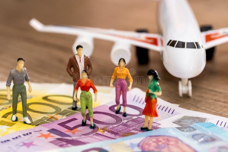 povos dos brinquedos perto do euro e do plano foto de stock