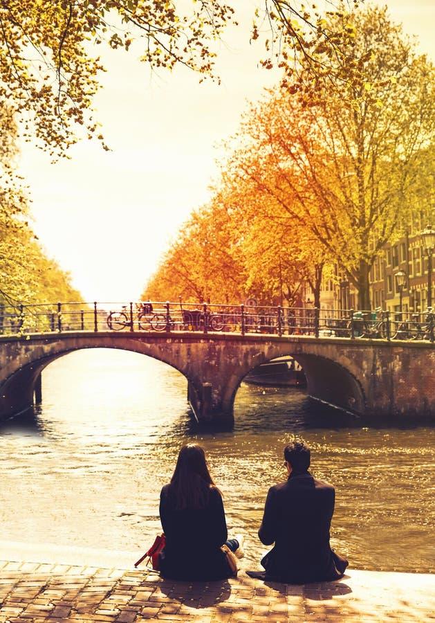 Povos dos pares que relaxam na cidade de Amsterdão imagem de stock