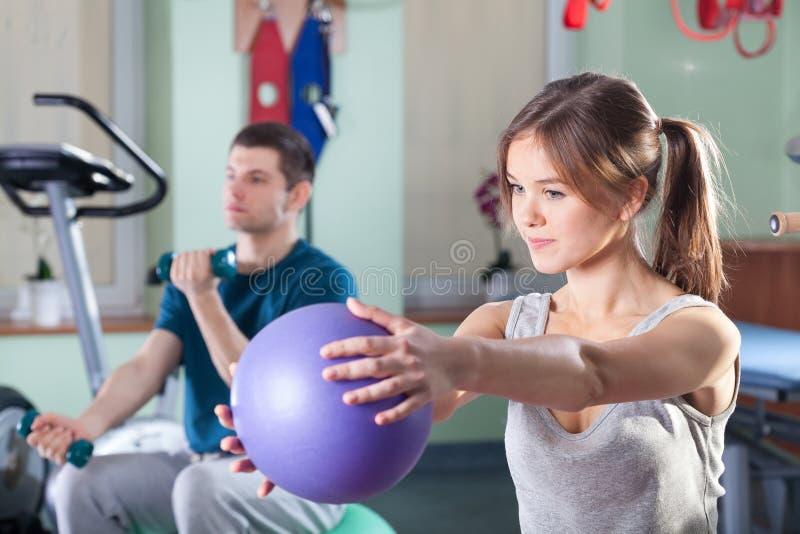 Povos durante exercícios físicos imagens de stock royalty free