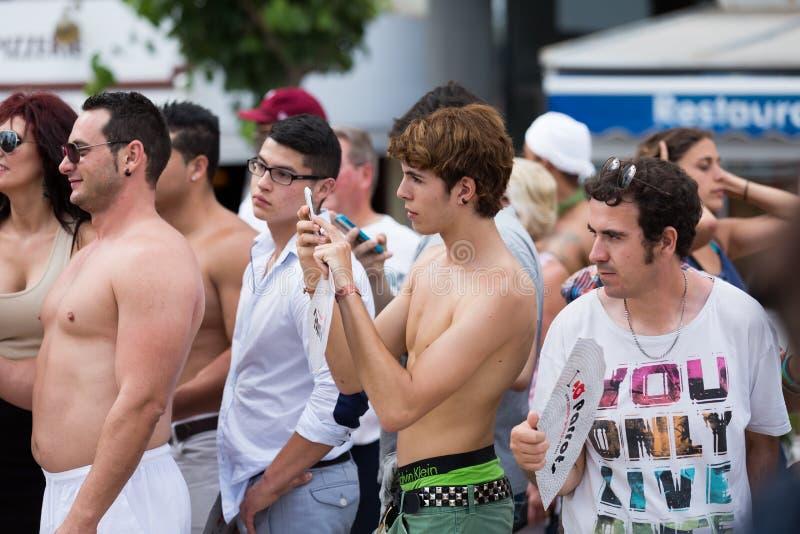 Povos durante a parada de orgulho alegre em Sitge imagem de stock royalty free