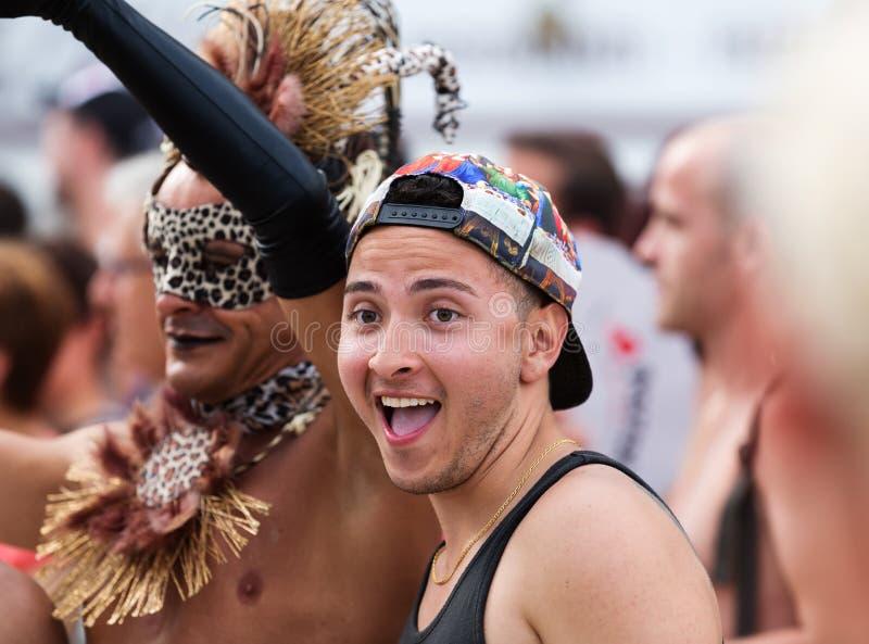 Povos durante a parada de orgulho alegre em Sitges fotografia de stock