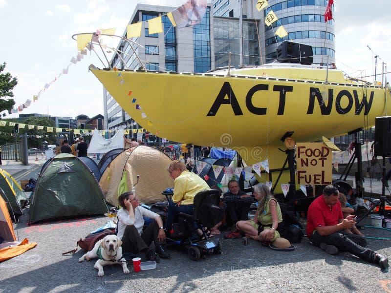 Povos e barracas no protesto da rebelião da extinção com o barco na estrada que obstrui a ponte de victoria em leeds fotografia de stock