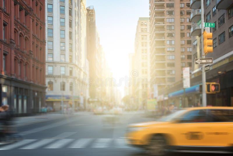Povos e carros na interseção de Broadway em Manhattan, New York imagem de stock