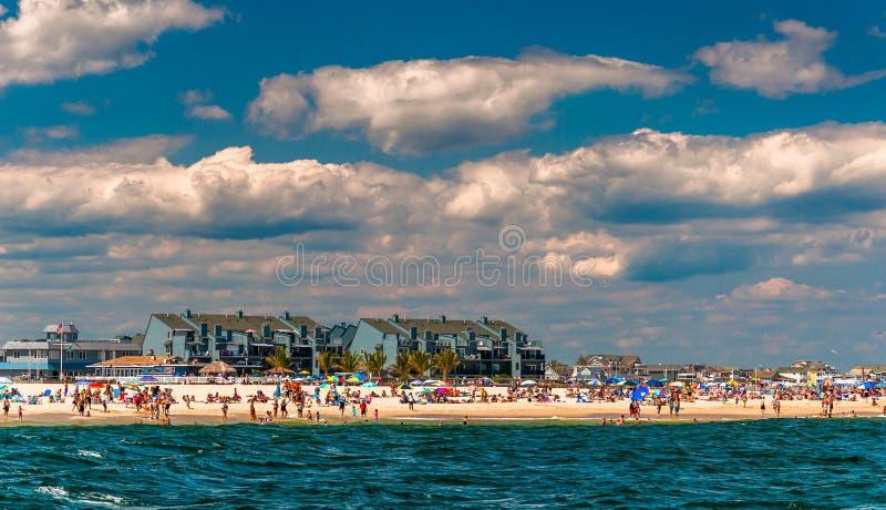 Povos e construções na praia na praia agradável do ponto, J novo fotografia de stock