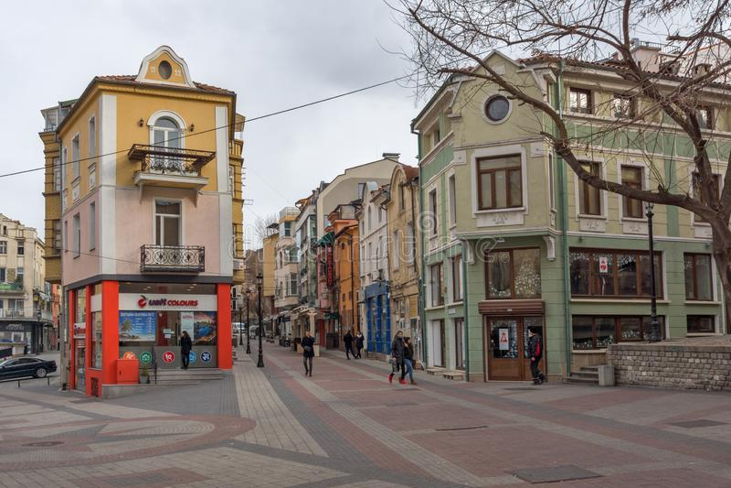 Povos e rua de passeio no distrito Kapana, cidade de Plovdiv, Bulgária foto de stock royalty free