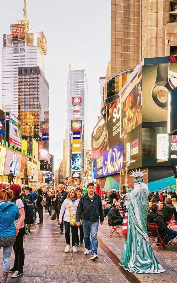 Povos e Times Square na 7os avenida e Broadway fotografia de stock royalty free