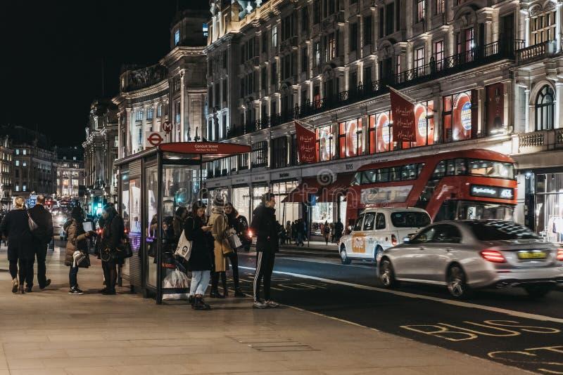 Povos e tráfego em Regent Street, Londres, Reino Unido fotografia de stock royalty free