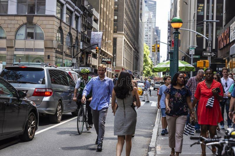 Povos e um ciclista em uma rua em Manhattan, New York City, EUA imagem de stock