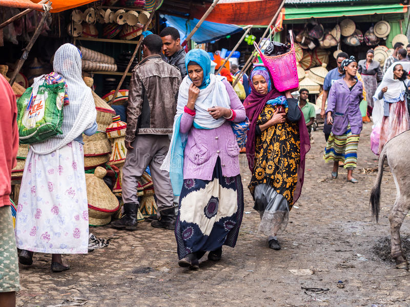 Povos em Addis Mercato em Addis Abeba, Etiópia, o miliampère o maior fotos de stock royalty free