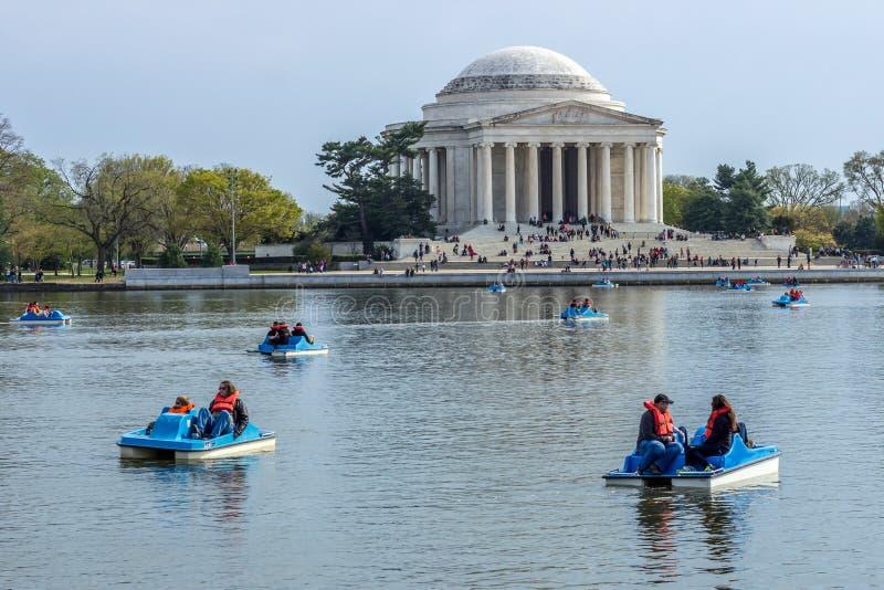 Povos em barcos de pá no lago na frente do foto de stock royalty free