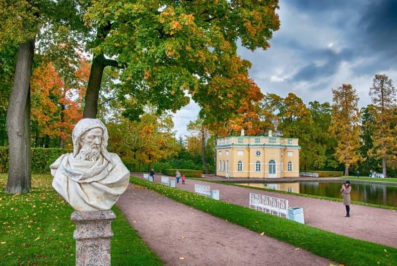 Povos em Catherine Park Tsarskoye Selo St Petersburg Rússia imagens de stock