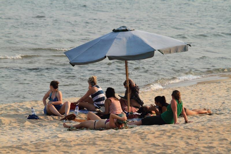 Povos em férias no lago Malawi em África foto de stock royalty free