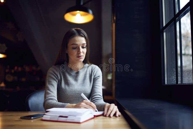 Povos em ideias de espera do caderno do telefonema do trabalho na escrita para baixo imagens de stock royalty free