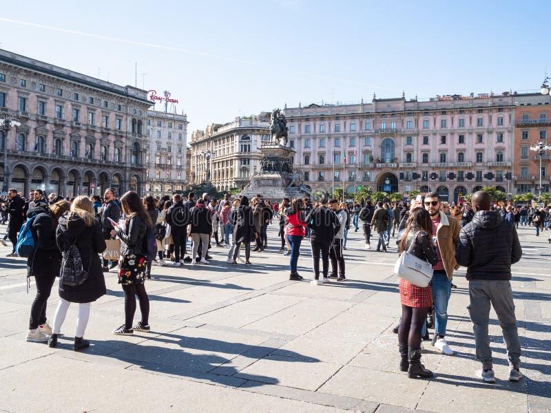 Povos em Praça del Domo em Milão no meio-dia foto de stock royalty free