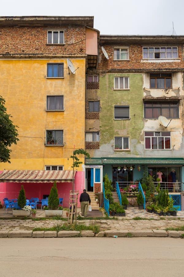 Povos em ruas em Peshkopi, cidade em Albânia do nordeste fotografia de stock
