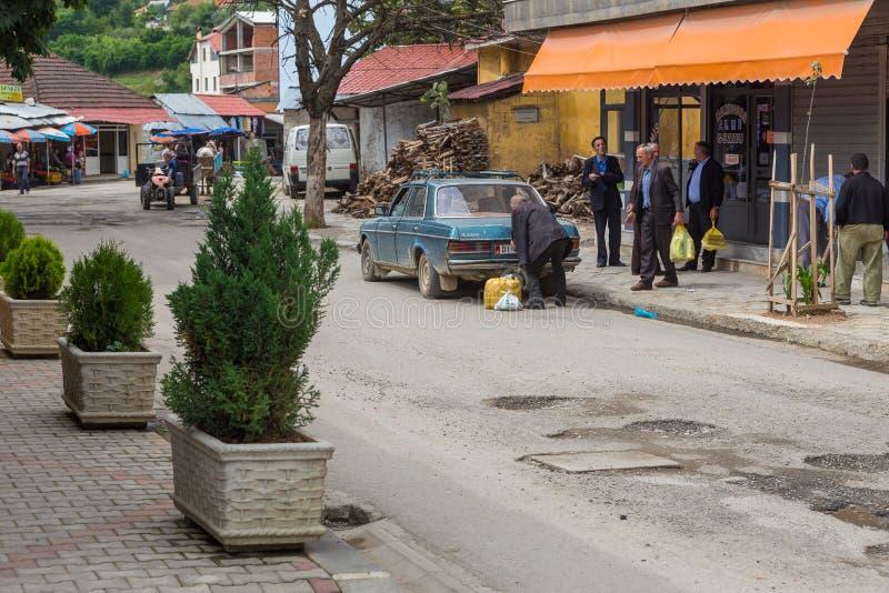 Povos em ruas em Peshkopi, cidade em Albânia do nordeste fotografia de stock royalty free
