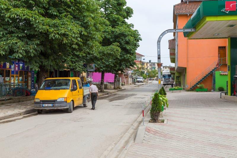 Povos em ruas em Peshkopi, cidade em Albânia do nordeste fotos de stock royalty free