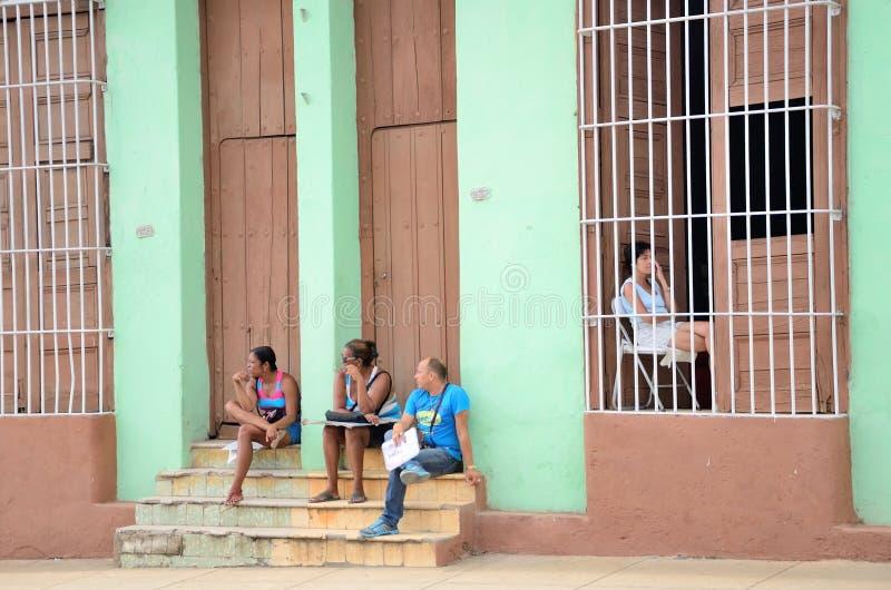 Povos em Trinidad, Cuba foto de stock