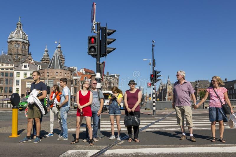 Povos em um cruzamento pedestre que espera uma luz verde fotografia de stock