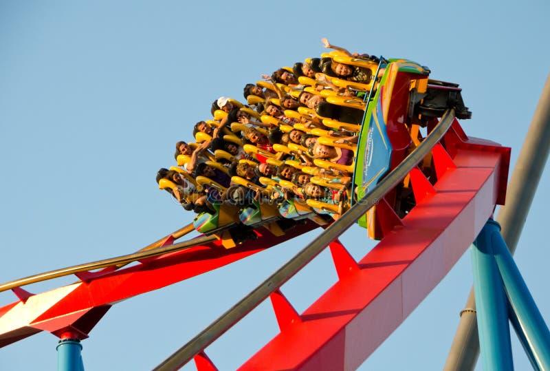 Povos em um passeio do roller coaster imagem de stock