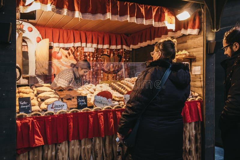 Povos em um suporte do alimento no mercado do Natal de Stephansplatz em Viena, Áustria imagens de stock