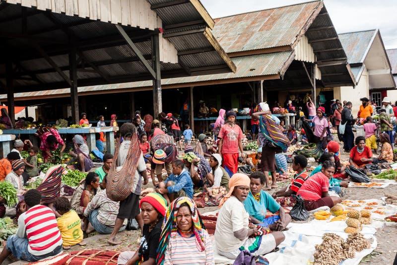 Povos em um vestido tradicional no mercado local em Dugum Dani Village Vale Papua de Baliem foto de stock royalty free