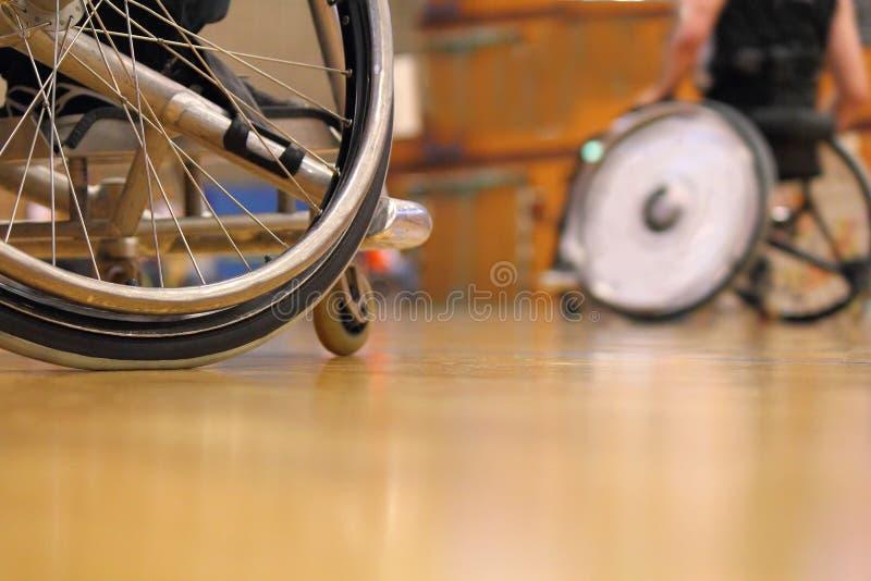 Povos em uma cadeira de rodas do esporte em um gym foto de stock royalty free