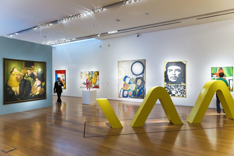 Povos em uma exposição de arte no museu de Malba em Buenos Aires foto de stock royalty free