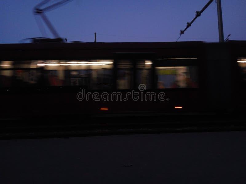 Povos escuros do bonde do ônibus da cidade fotografia de stock