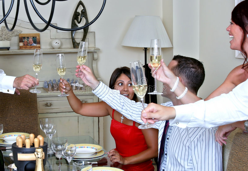 Povos esperta vestidos em um partido de jantar com Champagne fotos de stock royalty free