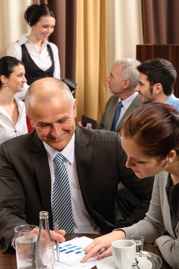 Povos executivos da reunião de negócio no restaurante imagem de stock