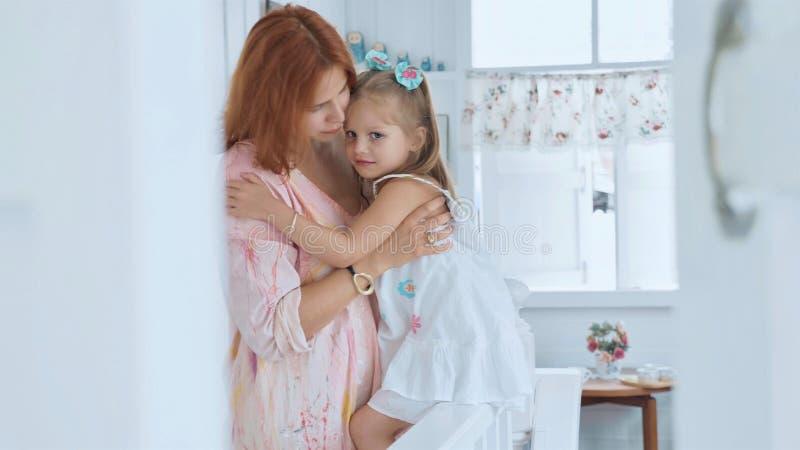 Povos, família e conceito do divertimento - menina feliz que passa o tempo com mãe em casa fotografia de stock royalty free
