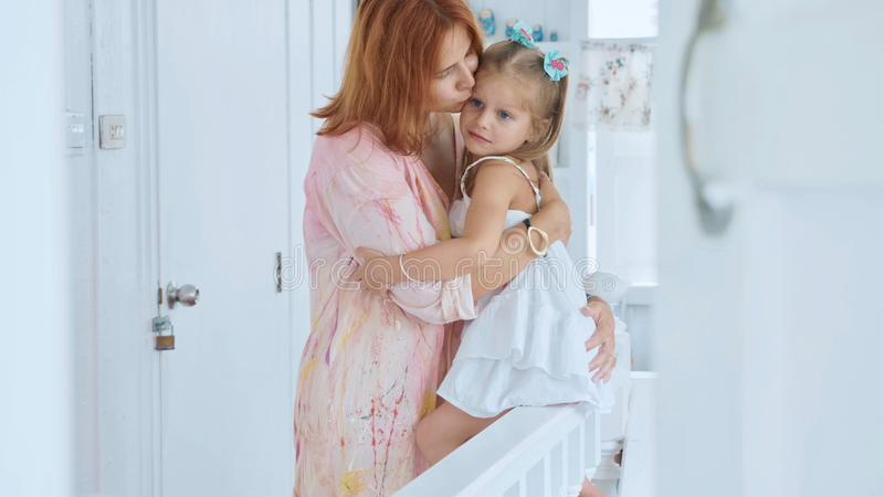 Povos, família e conceito do divertimento - menina feliz que passa o tempo com mãe em casa foto de stock royalty free