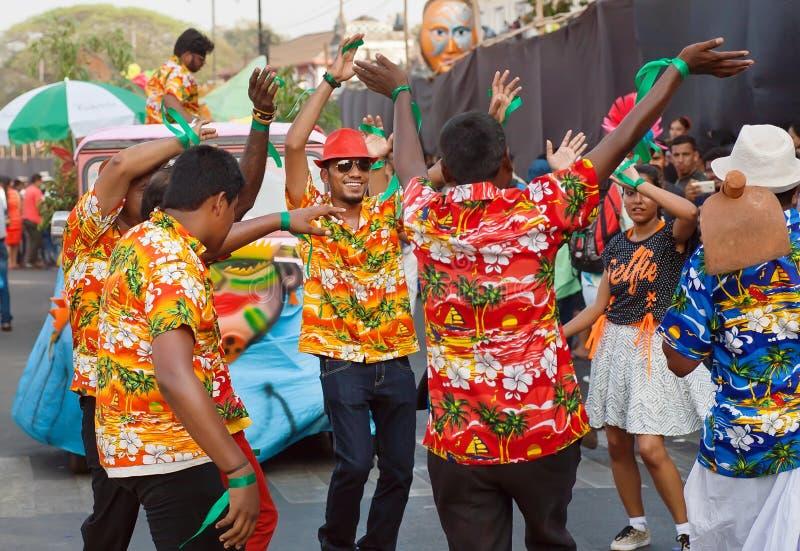 Povos felizes na dança da camisa havaiana na parada brilhante do carnaval tradicional de Goa imagens de stock