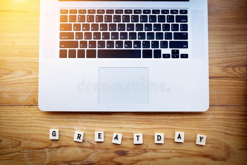 Povos felizes no conceito do espaço de trabalho Grande texto do dia em um de madeira fotos de stock royalty free