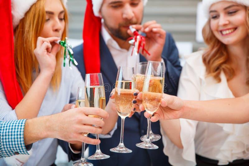 Povos festivos do close-up que cheering com bebidas em um ano novo em um fundo borrado Conceito dos feriados do Natal imagem de stock