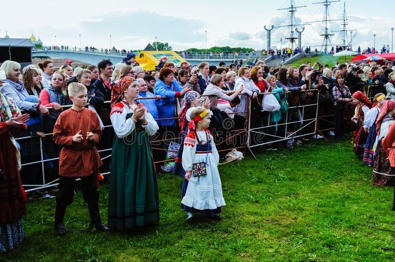 Povos festivos que têm o divertimento e que olham o desempenho na fase no dia da cidade em Veliky Novgorod, Rússia imagens de stock