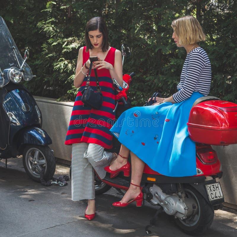 Povos fora da construção do desfile de moda de Armani para a arrelia de Milan Men fotografia de stock royalty free